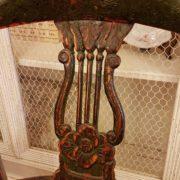 Coppia di poltrone pozzetto antiche coloniali, in legno di teak con finitura originale in verde inglese. La decorazione della spalliera. Mobili antichi Siena e Firenze