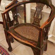 Coppia di poltrone pozzetto antiche coloniali, in legno di teak con finitura originale in verde inglese. La seduta. Mobili antichi Siena e Firenze