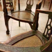 Coppia di poltrone pozzetto antiche coloniali, in legno di teak con finitura originale in verde inglese. Particolare dello schienale. Mobili antichi Siena e Firenze