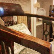 Coppia di poltrone pozzetto antiche coloniali, in legno di teak con finitura originale in verde inglese. Vista laterale. Mobili antichi Siena e Firenze