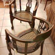 Coppia di poltrone pozzetto antiche coloniali, in legno di teak con finitura originale in verde inglese. Vista tergale. Mobili antichi Siena e Firenze