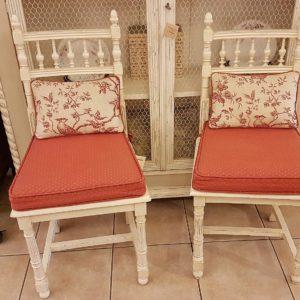 Coppia di sedie antiche in legno di noce laccate bianche con schienale a giorno. Mobili antichi Siena e Firenze