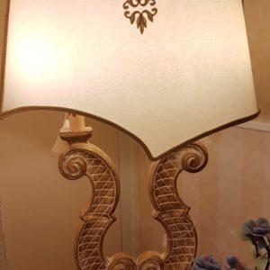 Lampada in legno intagliato a due bracci in foglia oro sbiancata.Arredamento classico contemporaneo Siena e Firenze