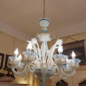 Lampadario a otto luci in vetro opalino di Murano. Arredamento classico contemporaneo Siena e Firenze
