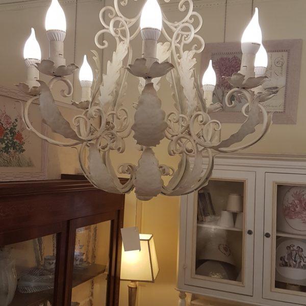 Lampadario in ferro laccato bianco a otto luci. Arredamento classico contemporaneo Siena e Firenze