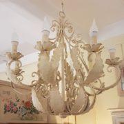 Lampadario in ferro laccato bianco a otto luci. Frontale. Arredamento classico contemporaneo Siena e Firenze