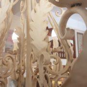 Lampadario in ferro laccato bianco a otto luci. Particolare lavorazione bracci.Arredamento classico contemporaneo Siena e Firenze