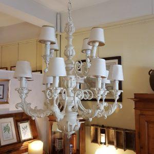 Lampadario in legno intagliato laccato bianco a dodici luci. Arredamento classico contemporaneo Siena e Firenze