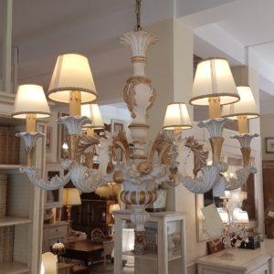 Lampadario in legno intagliato laccato bianco e foglia oro a sei luci.Arredamento classico contemporaneo Siena e Firenze