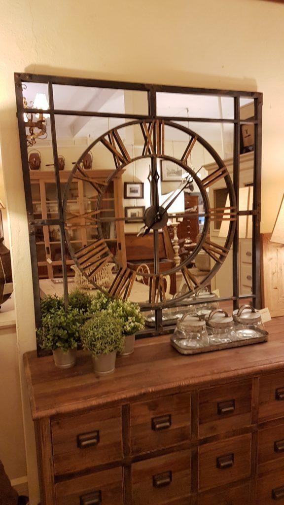 Orologio specchiera industrial in ferro con numeri in ottone. Arredamento classico contemporaneo Siena e Firenze