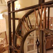 Orologio specchiera industrial in ferro con numeri in ottone. I riquadri superiori. Arredamento classico contemporaneo Siena e Firenze
