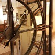 Orologio specchiera industrial in ferro con numeri in ottone. Particolare dei riquadri. Arredamento classico contemporaneo Siena e Firenze