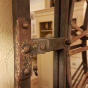 Orologio specchiera industrial in ferro con numeri in ottone. Particolare della cornice in ferro. Arredamento classico contemporaneo Siena e Firenze