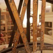 Orologio specchiera industrial in ferro con numeri in ottone. Particolre del numero in ottone. Arredamento classico contemporaneo Siena e Firenze