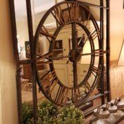 Orologio specchiera industrial in ferro con numeri in ottone. Vista di fianco. Arredamento classico contemporaneo Siena e Firenze