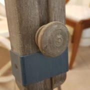 Piantana coloniale in legno di teak spazzolato. Particolare base cavalletto. Arredamento classico contemporaneo Siena e Firenze