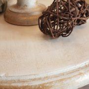 Piantana in legno di tiglio con piano tavolino laccata a mano.Particolare bordo foglia oro.Arredamento classico contemporaneo Siena e Firenze