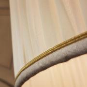 Piantana in legno di tiglio con piano tavolino laccata a mano.Particolare cappello.Arredamento classico contemporaneo Siena e Firenze