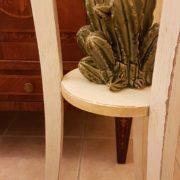 Porta vaso colonna in legno laccato a mano a tre gambe con piano rotondo. Il piano sottostante. Arredamento classico contemporaneo Siena e Firenze