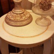 Porta vaso colonna in legno laccato a mano a tre gambe con piano rotondo. Il piano. Arredamento classico contemporaneo Siena e Firenze.
