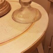 Porta vaso colonna in legno laccato a mano a tre gambe con piano rotondo. Particolare della finitura. Arredamento classico contemporaneo Siena e Firenze