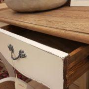 Scrittoio con base laccata e piano top in abete vecchio.Apertura cassetto.Arredamento country Siena e Firenze