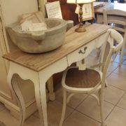 Scrittoio con base laccata e piano top in abete vecchio.Laterale.Arredamento country Siena e Firenze