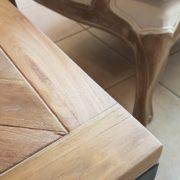 Tavolino con basamento in ferro e piano in legno antico massello.Particolare angolare.Arredamento classico contemporaneo Siena e Firenze