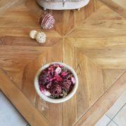 Tavolino con basamento in ferro e piano in legno antico massello.Particolare piano a parquet.Arredamento classico contemporaneo Siena e Firenze