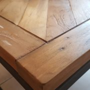 Tavolino con basamento in ferro e piano in legno antico massello.Particolare.Arredamento classico contemporaneo Siena e Firenze.