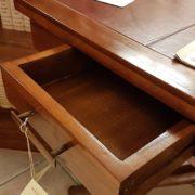Tavolino scrittoio coloniale in legno di teak con piano in pelle. Apertura cassetto.Arredamento classico contemporaneo Siena e Firenze