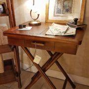 Tavolino scrittoio coloniale in legno di teak con piano in pelle. Laterale.Arredamento classico contemporaneo Siena e Firenze