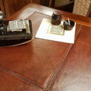 Tavolino scrittoio coloniale in legno di teak con piano in pelle. Particolare piano.Arredamento classico contemporaneo Siena e Firenze