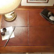 Tavolino scrittoio coloniale in legno di teak con piano in pelle. Particolare.Arredamento classico contemporaneo Siena e Firenze