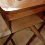 Tavolino scrittoio coloniale in legno di teak con piano in pelle.Particolare bordo. Arredamento classico contemporaneo Siena e Firenze.