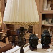 Lampada candelabro antico in fusione con cappello a tronco di cono in seta plissettata. Mobili antichi Siena e Firenze