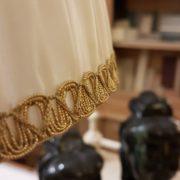 Lampada candelabro antico in fusione con cappello a tronco di cono in seta plissettata.Particolare bordo oro. Mobili antichi Siena e Firenze