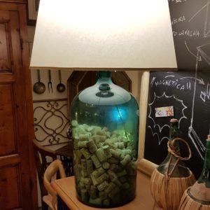 Lampada con base in vetro soffiato ricavata da un'antica acetiera toscana primi Ottocento. Mobili antichi Siena e Firenze