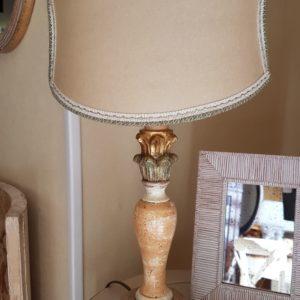 Lampada in legno intarsiato policromo con foglia oro con paralume a ventola stondata in pergamena. Arredamento classico contemporaneo Siena e Firenze