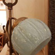 Lampada originale Decò base in ottone e bolle in vetro soffiato originale.Particolare bolle. Moili antichi Siena e Firenze