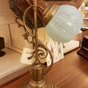 Lampada originale Decò base in ottone e bolle in vetro soffiato originale.Particolare laterale. Mobili antichi Siena e Firenze
