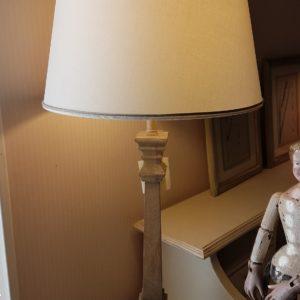 Lume in legno in finitura naturale con cappello a tronco di cono in cotone. Arredamento classico contemporaneo Siena e Firenze