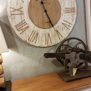 Orologio da muro rotondo country in legno di pino naturale e sbiancato con numeri romani in corda. Mobili country Siena e Firenze