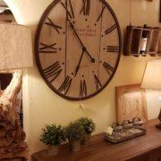 Orologio da muro rotondo country in legno di pino spazzolato decapato con numeri romani e cornice in ferro finitura ruggine. Mobili country Siena e Firenze