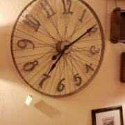 Orologio da muro rotondo industrial cyclo in ferro con numeri arabi.Mobili country Siena e Firenze