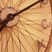 Orologio da muro rotondo industrial cyclo in ferro con numeri arabi.Particolare lancette. Mobili country Siena e Firenze