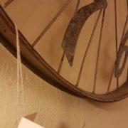 Orologio da muro rotondo industrial cyclo in ferro con numeri arabi.Particolare numeri. Mobili country Siena e Firenze