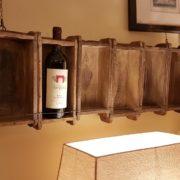 Pannello porta bottiglie realizzato unendo sei antichi stampi in legno per mattoni. Frontale. Mobili country Siena e Firenze