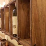 Pannello porta bottiglie realizzato unendo sei antichi stampi in legno per mattoni. I fianchi. Mobili country Siena e Firenze