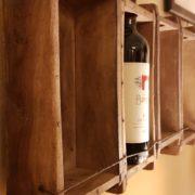Pannello porta bottiglie realizzato unendo sei antichi stampi in legno per mattoni. Il fianco.Mobili country Siena e Firenze